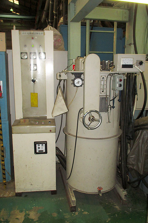 左:高圧電動機試験装置MAX6600 右:三相誘導電圧調整器